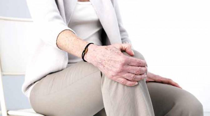 骨量は年齢変化で変わっていきます。女性はホルモンの影響で、更年期にガクッと下がります。